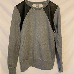 Nike Men med gray sweatshirt black shoulder 2260